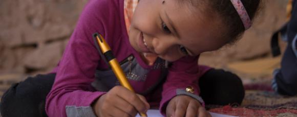 Enfants au maroc en route vers l'école grâce au parrainage international